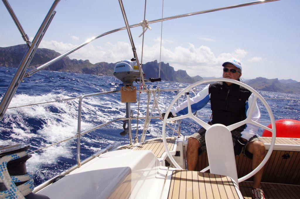 Gast übernimmt das Steuer der Yacht