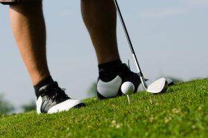 Golfer schlägt einen Ball ab