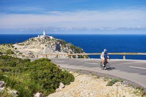Rennradfahrer auf dem Fahrrad vom Cap Formentor