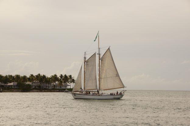 Klassisches Segelboot bei Sonnenuntergang vor Key West, Florida
