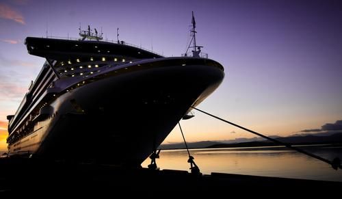 Kreuzfahrtromantik im Fährhafen